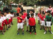 Bịt mắt đá bóng – 1 trò giúp cho trẻ vận động đôi chân và ước lượng khoảng cách
